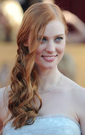 Cabelos presos com a franja solta também fica muito bonito quando o cabelo é comprido