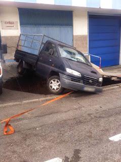 herido al caer con su coche en el hundimiento de calzada las palmas de gran canaria