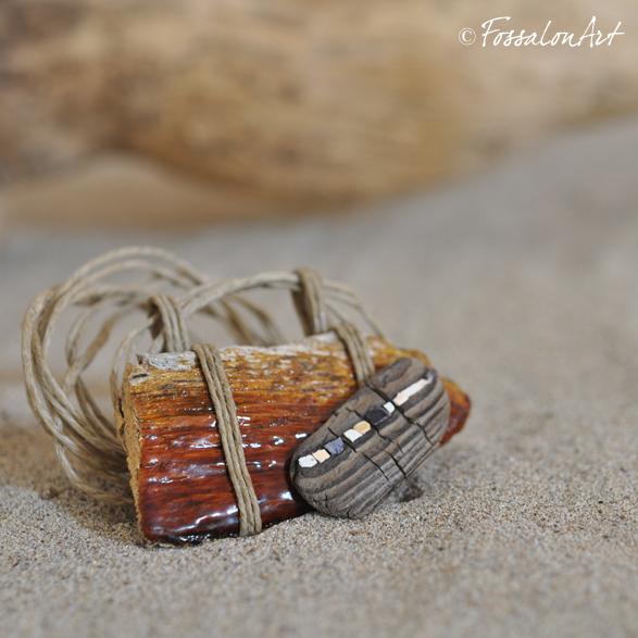 Sulla spiaggia - Collana realizzata in legno, gommalacca e frammenti di conchiglie