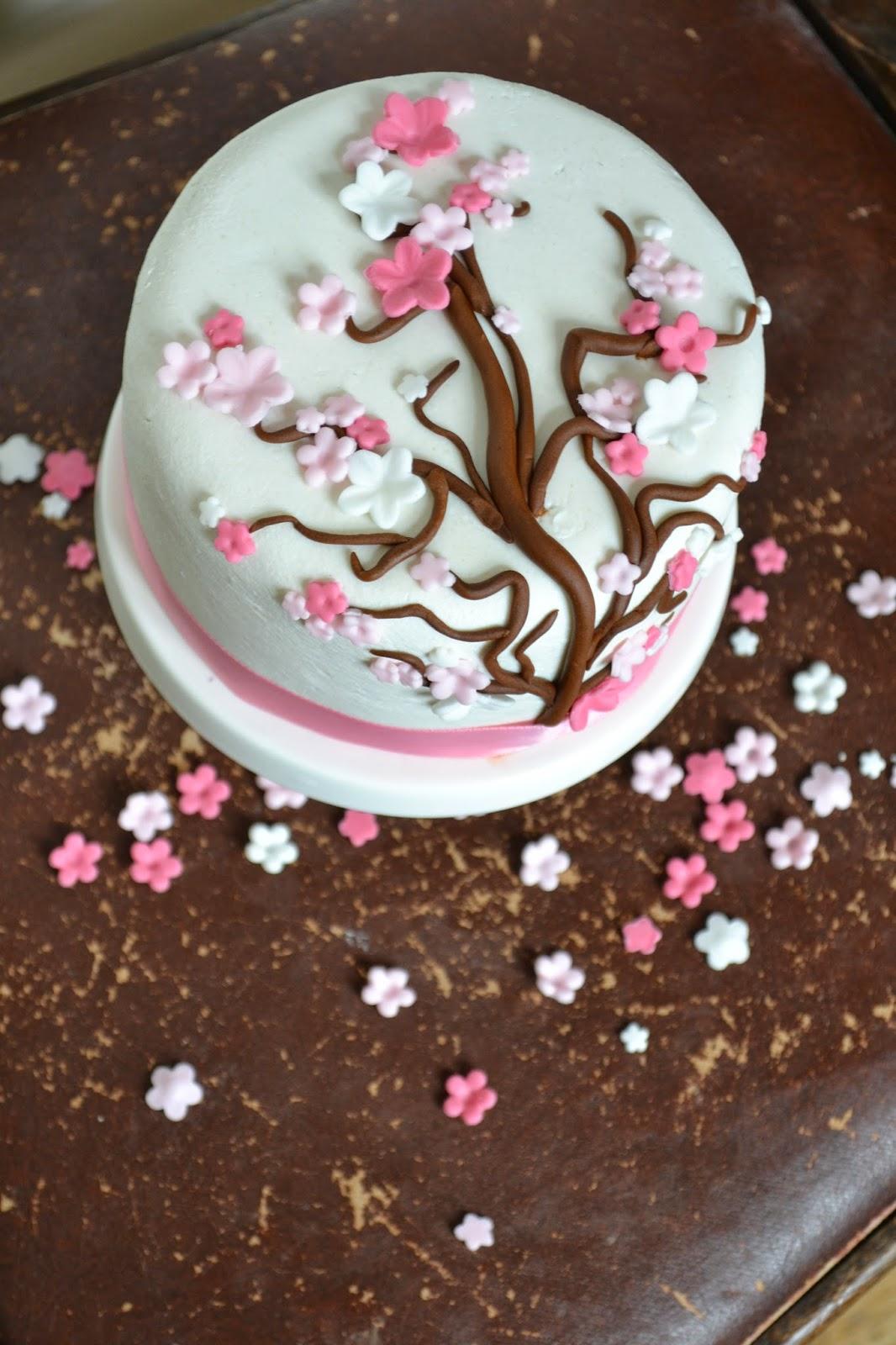 dekorera tårta med blommor