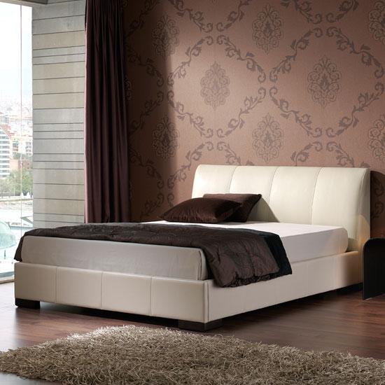 en color chocolate Diseño de cama en color crema y de corte lineal