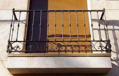 Balcón de forja color óxido instalado con taco químico