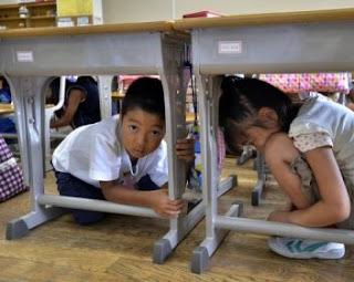 землетрясение-японские дети под столом