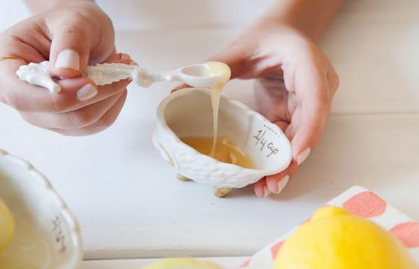 Cách trị mụn cám bằng chanh và trứng gà