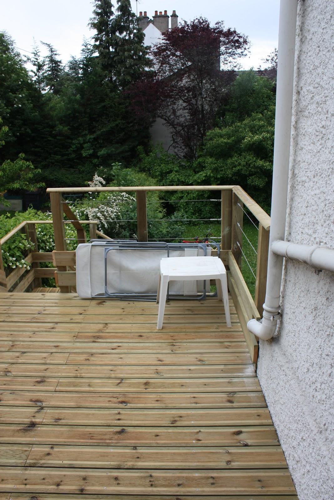 Terrasse simple, lame de rive qui dépasse le niveau de la terrasse