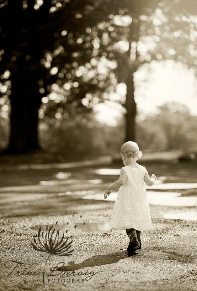 barnebilder av jente som leker i søledam, barnefotograf Trine Bjervig, Tønsberg