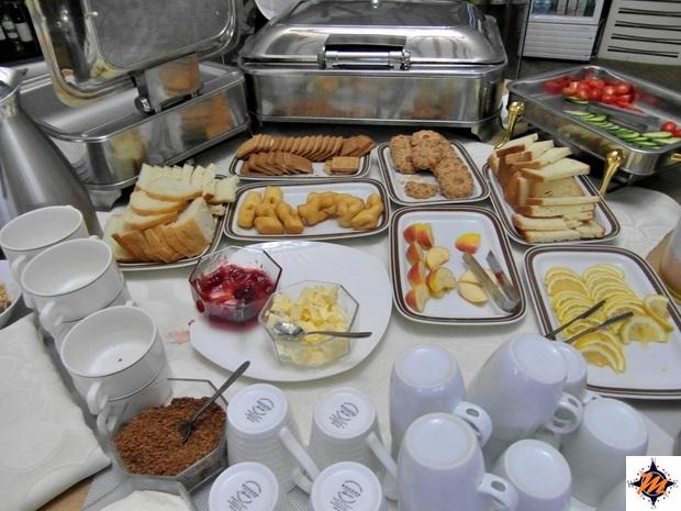 Un'abbondante colazione all'interno di un campo gher per turisti