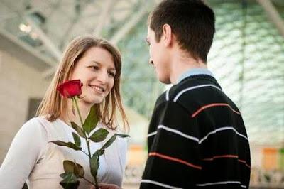 ما تبحث المرأة عنه في الرجل  - رجل فتاة يقدم وردة امرأة