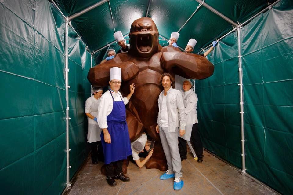 Jean-Paul Hévin et Richard Orlinski  devant le Kong géant tout en chocolat