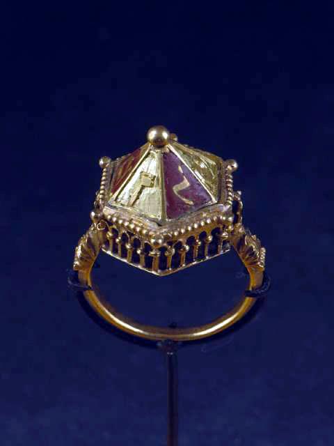 ... des objets d'origine juive: la bague de mariage en particulier