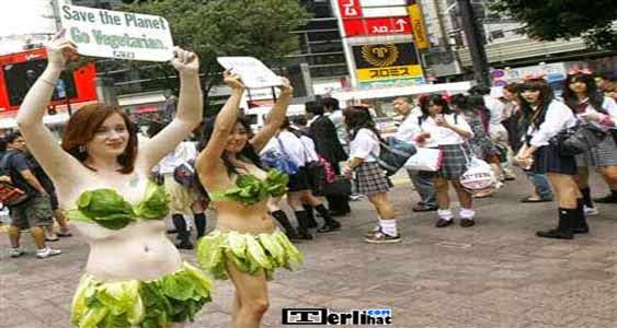 Wanita Jepang Ini Memakai Bikini Dan BH Dari Sayuran