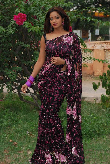 Udaya Bhanu Telugu TV Serial Anchor/Actress in Black Print Saree