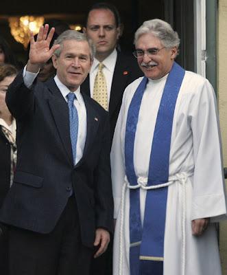 El entonces presidente George W. Bush saluda junto al reverendo Luis León, en Washington, D.C., en esta foto de archivo del 3 de diciembre del 2006. LAWRENCE JACKSON / AP