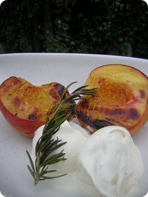 Gegrillter Pfirsich mit Rosmarineis