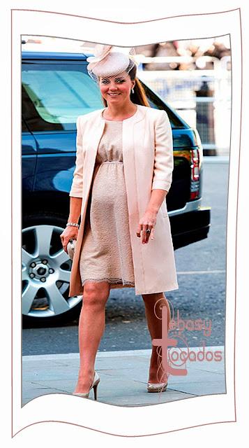 Look monocromo, incluido el tocado, de Kate Middelton o princesa de Gales.