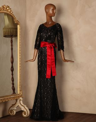 dantel dokulu siyah kırmızı kuşaklı uzun abiye modeli