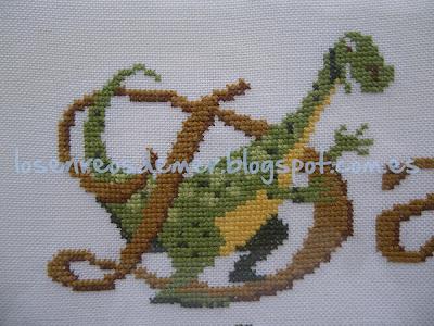 Letra D con dinosaurio realizada a punto de cruz
