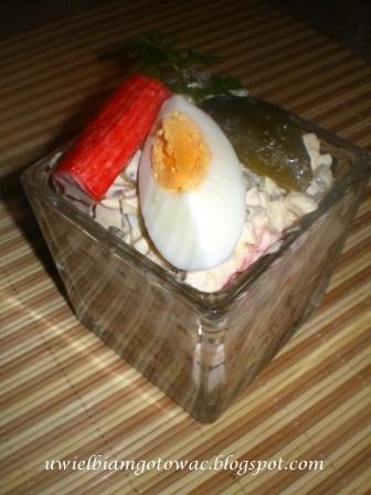 Sałatka z surimi, ogórka kiszonego i jajek