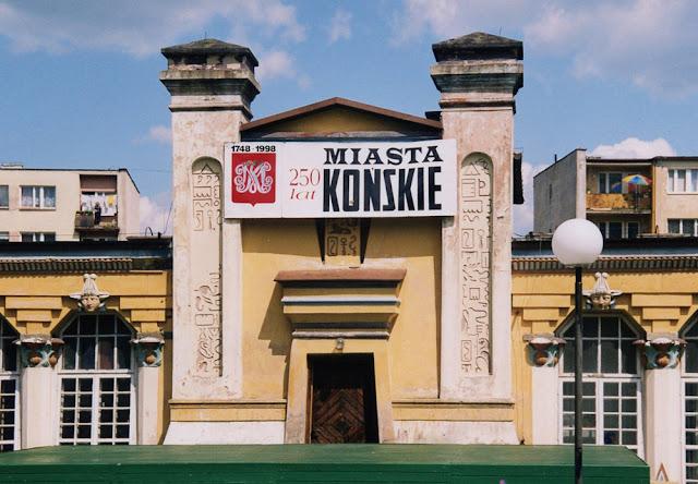 Prezentacja herbu z okazji 250 rocznicy lokacji w 1998 r., z monogramami żółtym i białym (fot. K. D.)