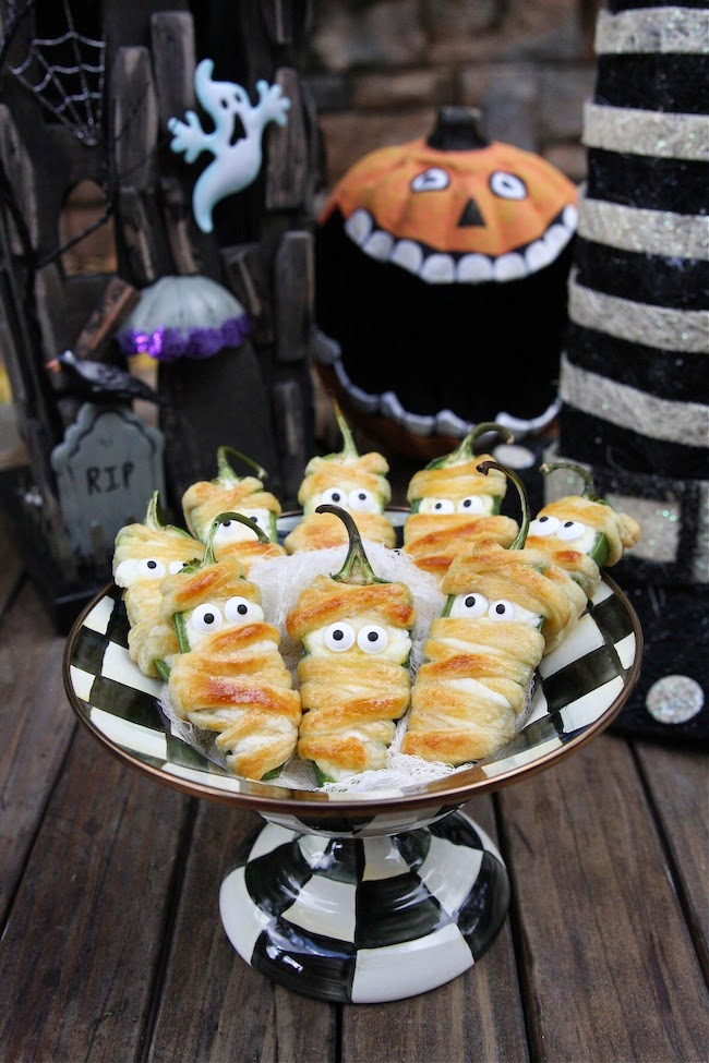 http://www.thehopelesshousewife.com/?hhw_recipes=halloweeno-jalapeno-popper-mummies