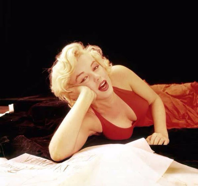 Marilyn monroe sitting pose