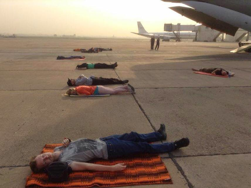 Украинцы спят на бетонной полосе аэропорта в Баку, ожидая отправки в Киев