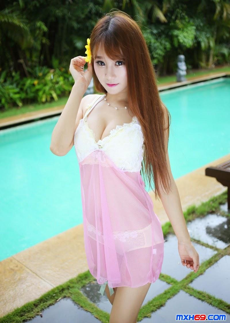Hot girl duyên dáng bên hồ bơi