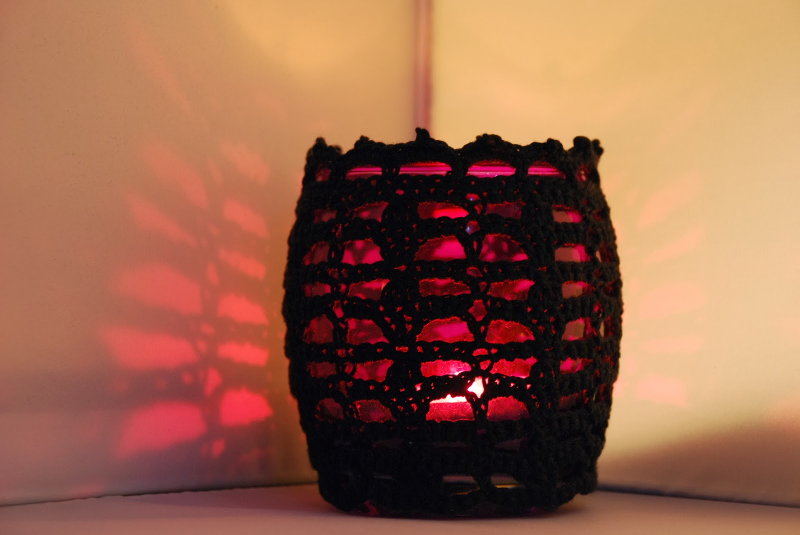 Crochet votive jar cosy pattern and tutorial: image of black crochet votive cosy by Amjaylou