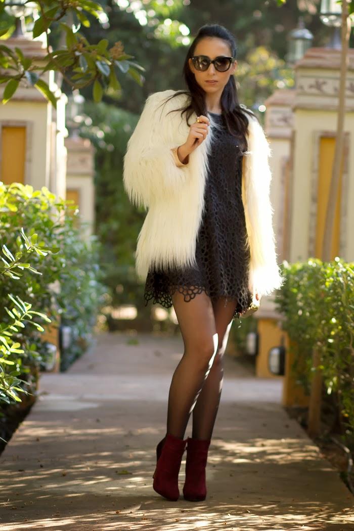 Look Navideño con vestido negro de encaje y abrigo Yeti blanco de Zara