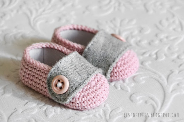 Crochet and Sew - Pink and gray baby shoes in wool yarn and fabric - besenseless.blogspot.com