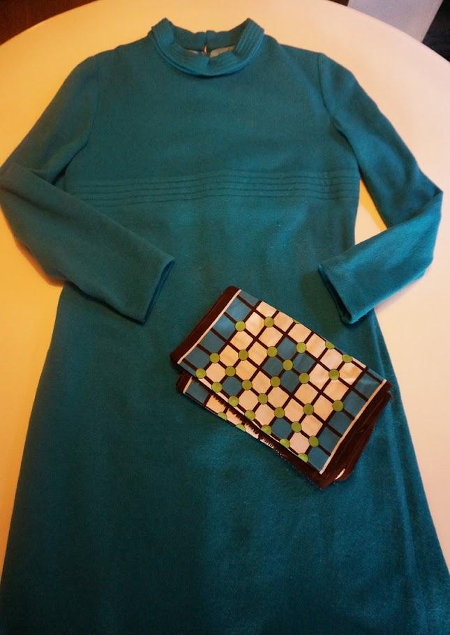 une robe en laine turquoise des années 60   un foulard en soie imprimé géométrique  60s 70s vintage scarf geometric 1960 1970 annees 60 70 mod twiggy