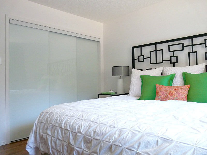 new white glass sliding closet doors in the bedroom dans le