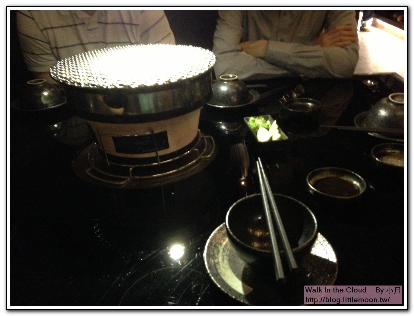 炭火與桌上餐具