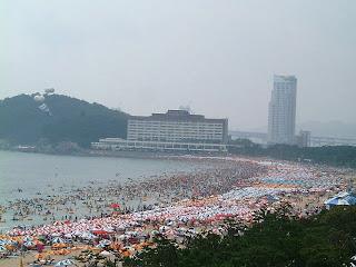 praia chinesa lotada