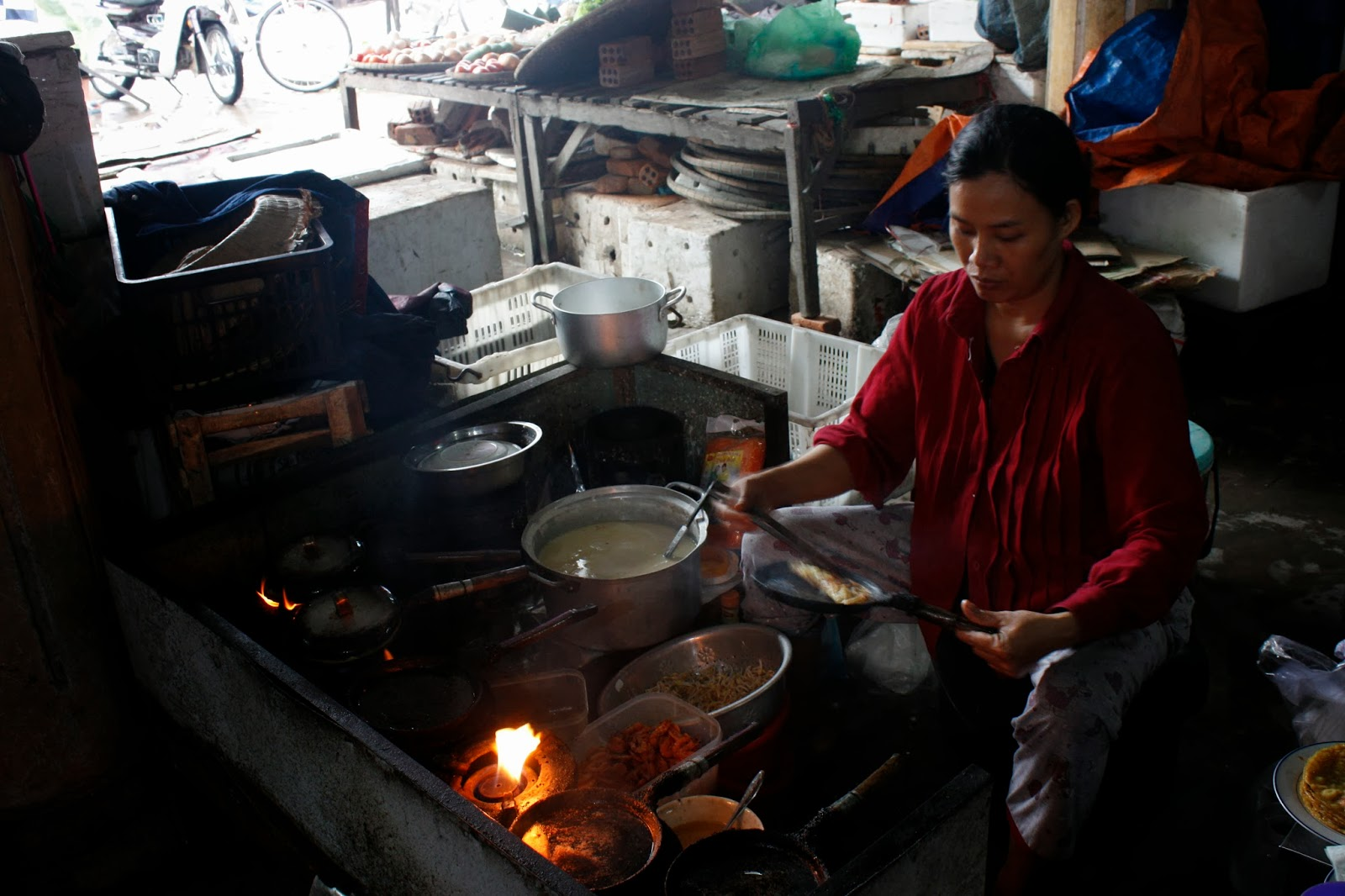 vietnam the people of hoi an a photo essay sobremesa in spain a women making the banh xeo viet se crepes that i adore