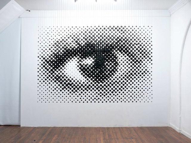 Artista Michael Murphy usa esferas suspendidos para crear la ilusión de una imagen plana