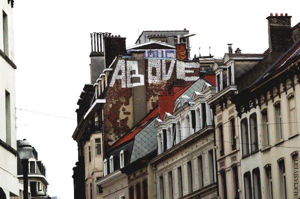 aliciasivert, alicia sivertsson, street art, graffiti, gatukonst, klotter, tags, bussels, bruxelles, bryssel, stencil, schablon, hus, building, roof top, above