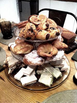 torre de dulces hecha con platos para tartas DIY