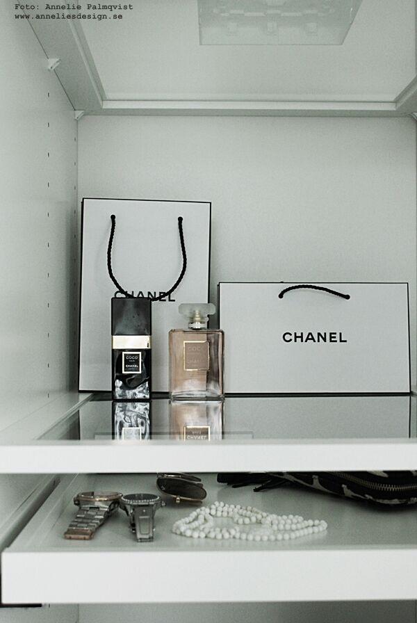 chanel, bag, bags, papperspåse, parfym, parfymer, walk in closet, inredning, garderob, öppen garderob, klockor, halsband,
