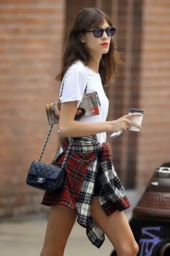 Alexa Chung con camisa de cuadros