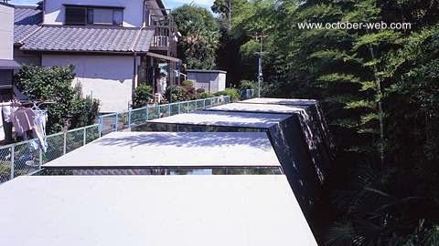 Techos de la estructura superior de la moderna casa japonesa en Toride