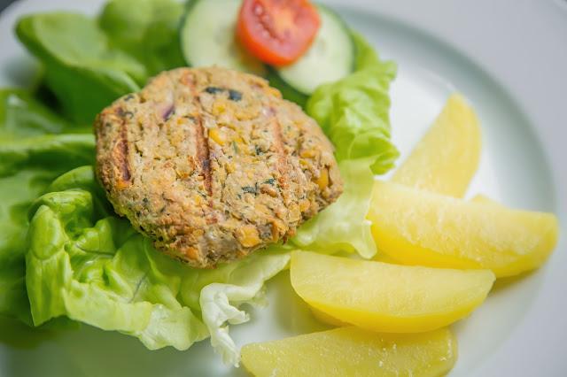 Vegetarischer Burger aus Kichererbsen mit Salat und Kartoffeln
