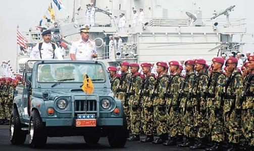 Panglima TNI, Laksamana Agus Suhartono Memeriksa Pasukan Dalam Upacara Hari Armada