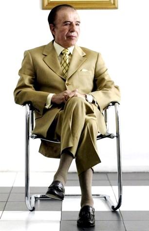 Carlos Menem sentado