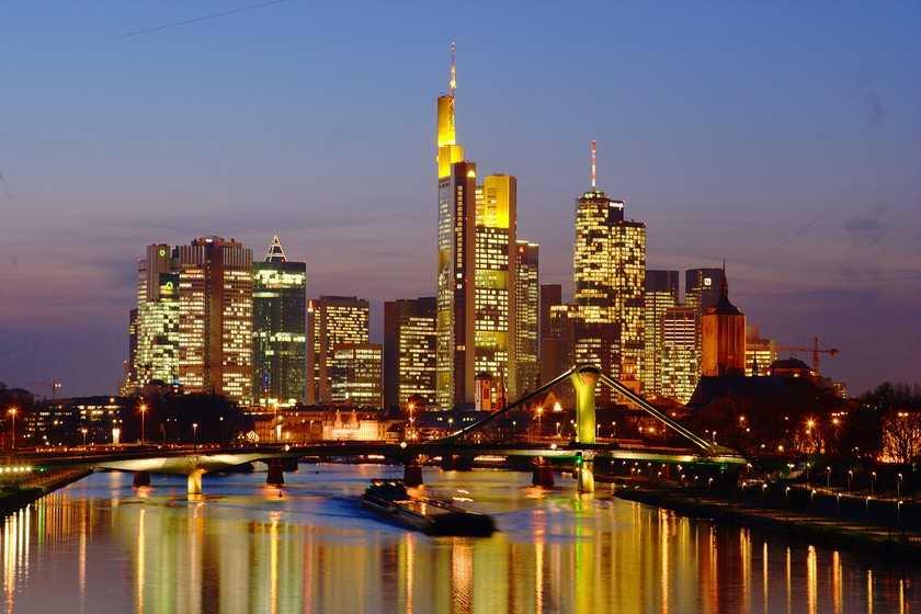 http://2.bp.blogspot.com/-YehzcOYWl8Y/TclmDKmCAsI/AAAAAAAAFis/77A8GciR3-E/s1600/Frankfurt_Skyline_at_night.jpg