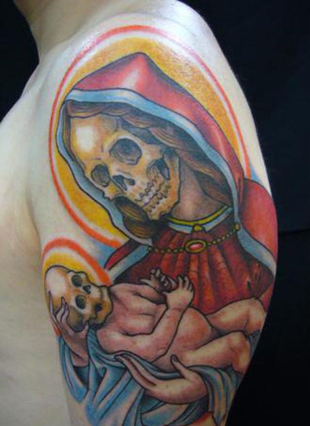 hombre con el tatuaje de la santa muerte y un bebe en el brazo tatuado