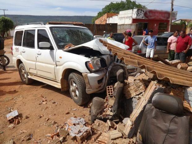 Carro do empresário ficou destruído, após bater em muro na cidade de Barreiras, oeste da Bahia. (Foto: Jadiel Luiz/ Blog Sigi Vilares)