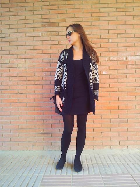 Vestido stretch negro de Bershka, chaqueta tricot con estampado étnico de Primark y bolso de moda  de Pinkie