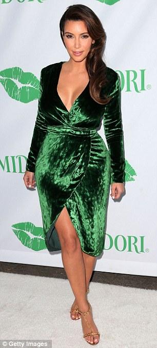 Maquillaje de dia para vestido verde esmeralda
