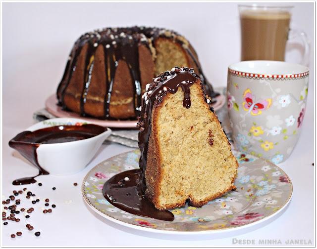 Bolo de manteiga de amendoim coberto por uma deliciosa calda de chocolate